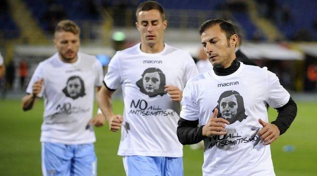 Οι παίκτες της Λάτσιο με μπλουζάκια με τη μορφή της Άννας Φρανκ