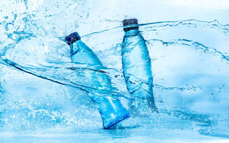 Τι δείχνει έρευνα για τα εμφιαλωμένα νερά και τι απαντούν οι εταιρείες