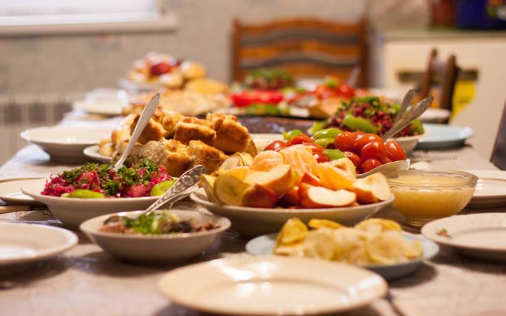 Γιατί καταναλώνετε λιγότερο φαγητό όταν βρίσκεστε με παρέα