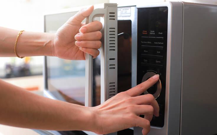Τέσσερις τροφές που πρέπει να αποφεύγετε να ζεσταίνετε στα μικροκύματα