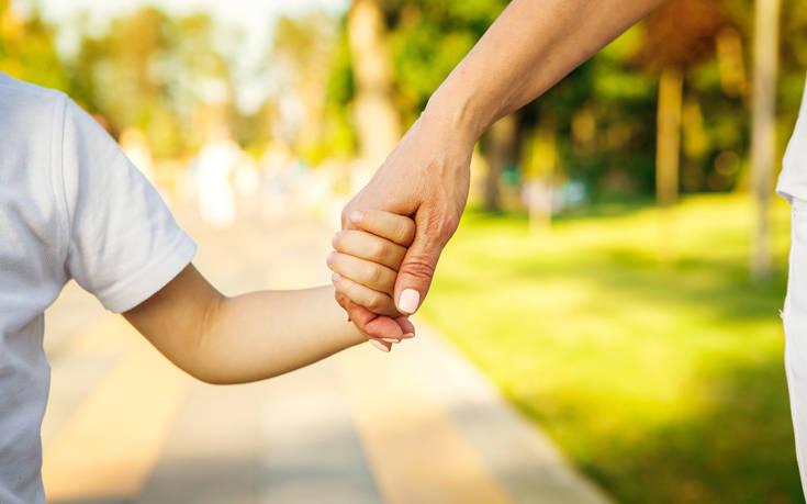 Πώς επηρεάζει η ηλικία των γονέων πιθανά προβλήματα συμπεριφοράς των παιδιών τους