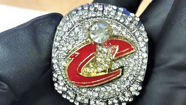 Παρακρατήθηκαν 28 απομιμήσεις δαχτυλιδιών του ΝΒΑ στο Λ.Α.