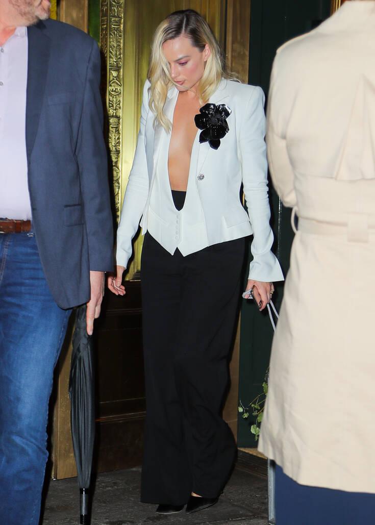 Η εμφάνιση της Μάργκοτ Ρόμπι με ανοιχτό σακάκι, χωρίς σουτιέν μαγνήτισε τα βλέμματα